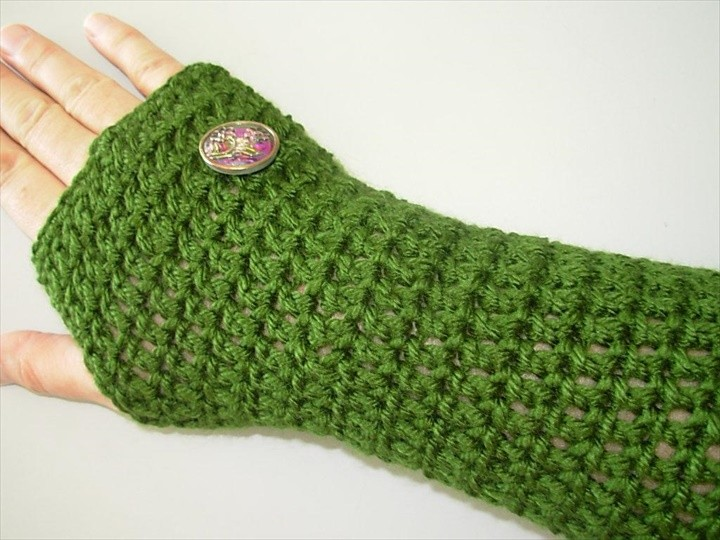 Simple crocheted fingerless gloves with buttons